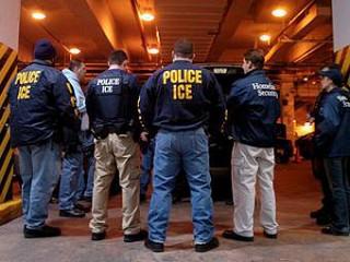 Сотрудники Иммиграционной и таможенной полиции США. Фото пользователя Carrt81 с wikipedia.org