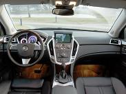 Интерьер выглядит красиво и роскошно. Салон кроссовера во многом копирует внутреннее убранство седана Cadillac CTS - у этих моделей унифицировано большинство стилистических решений. Изменений в салоне SRX 2012 года минимум: появился обогрев рулевого колеса, а кнопки центрального замка продублированы на передних дверях.