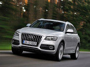 """**Audi Q5.** Самый продаваемый кроссовер в премиальном сегменте - почти 5000 машин за 2011 год. Самый доступный """"Ку5"""" со 180-сильным двухлитровым турбомотором на """"ручке"""" можно купить за 1,657 миллиона рублей. Однако к машине с V6 3,2 литра (270 сил) меньше чем с 2,171 миллиона рублей не подступишься. С дизелем 3.0 V6 Audi Q5 стоит от 2,3 миллиона."""