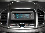Дисплей, отвечающий за показания бортового компьютера, системы климат-контроля и демонстрацию температуры окружающего воздуха, точно такой же, как и на старой «Каптиве». Экран часов имеет такой наклон, что постоянно бликует.