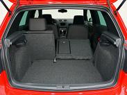 Не нужно забывать, что Golf GTI вырос из обычного хэтчбека гольф-класса. Поэтому и багажник тут вполне стандартный для машин данного сегмента: объем от 305 до 1305 литров, но ровного пола при складывании спинок задних сидений не получается.