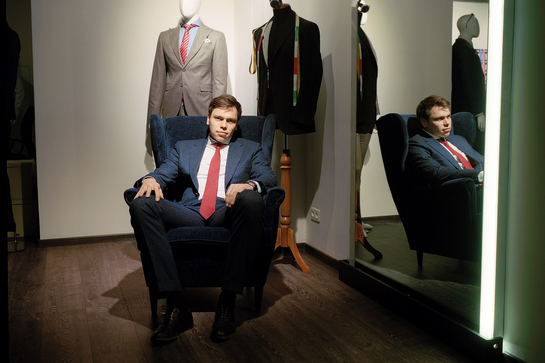 Евгений Некрашевич из Bond & Stinson девушкам костюмы не шьет, потому что считает, что у них в голове всегда слишком много деталей, для которых обычно требуется отдельный дизайнер