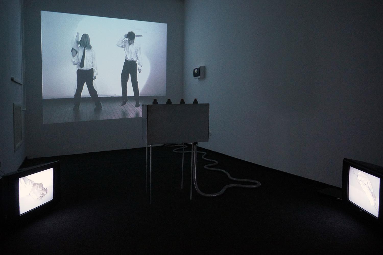 Нажимая на кнопку, посетитель мог запустить разные видеоролики, на которых люди танцевали или резали друг друга пилой