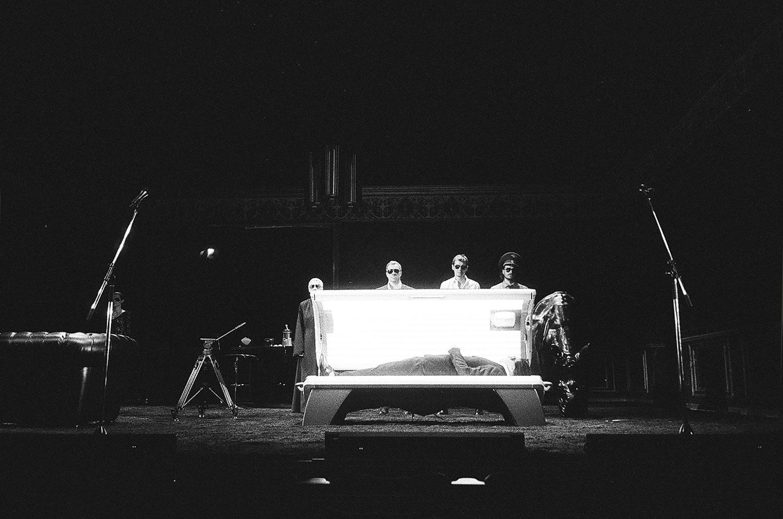 Во избежание облучения первых рядов зрителей лампы всолярии заменены наобычные