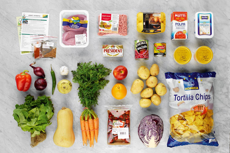 Пакет чипсов нужен и для котлет, и для другого ужина; но продукты все равно привозят с запасом: точно останутся невостребованными одно яйцо и половина кольраби