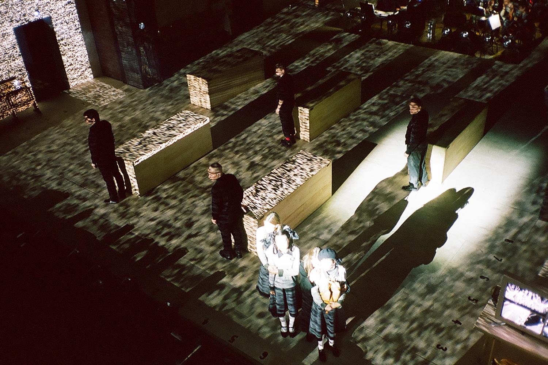 Из классического бродвейского мюзикла «Пробуждение весны» в «Гоголь-центре» попытались сделать современную синтетическую постановку; актеры справились, технологии подвели