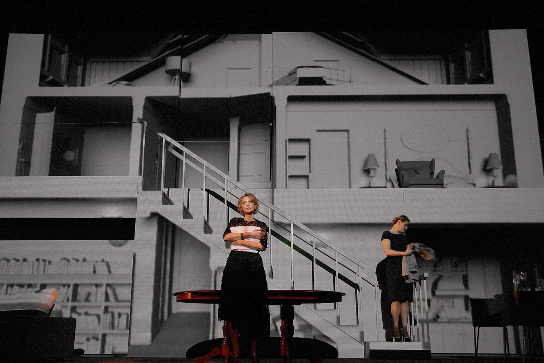 В постановке «Август: Графство Осейдж» в Театре им. Маяковского декораций нет вовсе — все они заменены видеопроекцией