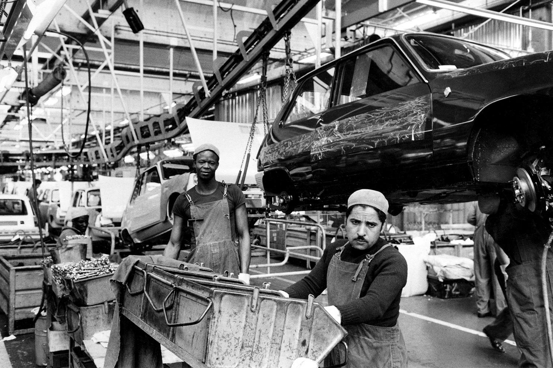 Мигранты на заводе Renault, 1975 год. К тому времени многие из них потеряли работу из-за кризиса
