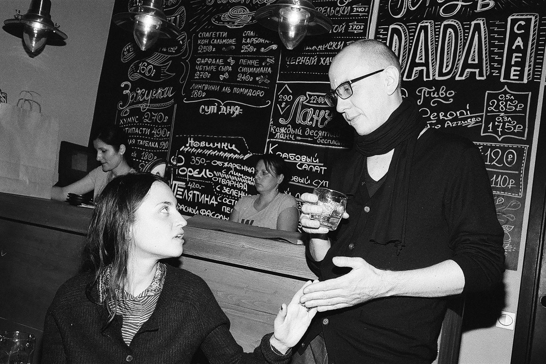 Кафе Dada с таким же успехом можно было назвать DIY — например, барная стойка здесь тоже самодельная