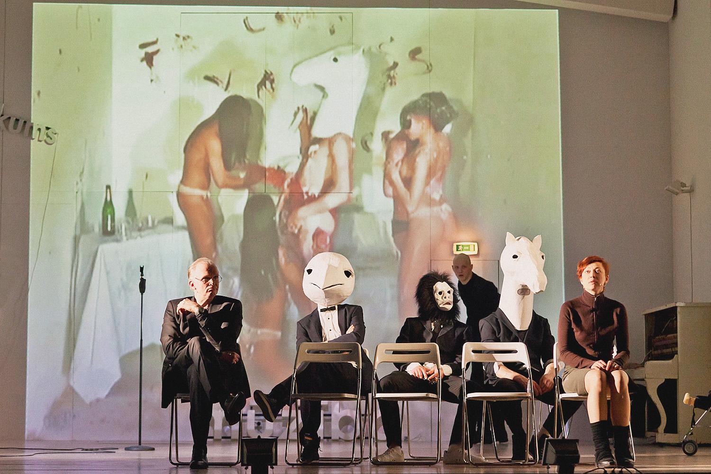 В «Войцеке» в постановке Кирилла Серебренникова место действия перенесено из захолустного немецкого городка в галерею современного искусства — некоторые персонажи расхаживают в звериных масках на фоне видеопроекции