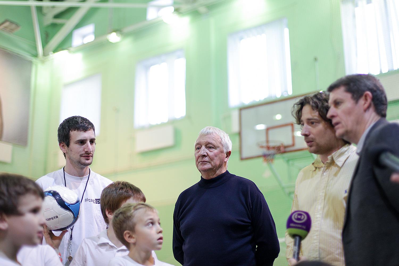 Майк Саммерби и дети. Знаменитый ветеран «Манчестер Сити» объясняет им, что такое футбол