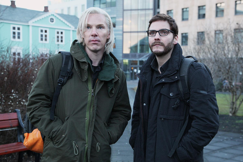 Джулиан Ассанж (Бенедикт Камбербатч) и Даниель Домшайт-Берг (Даниель Брюль) пока еще с энтузиазмом смотрят в будущее