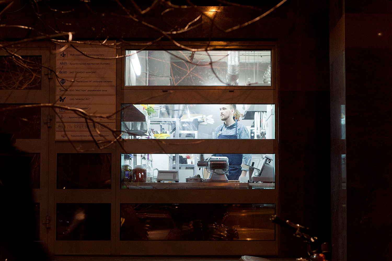 Одна из примечательных особенностей The Burger Brothers — кухня, отделенная от улицы большим стеклом, превращающим процесс приготовления гамбургеров в реалити-шоу для прохожих