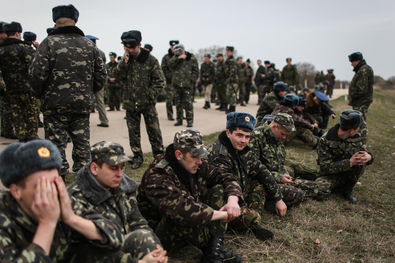 Безоружные офицеры авиационной базы Бельбек отдыхают после инцидента с российскими войсками