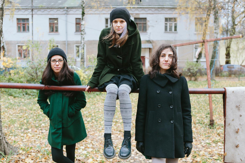 Слева направо: Люся (вокал, клавиши), Дина (барабаны), Карина (бас)