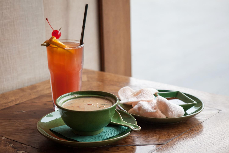Суп «Том-Ка-Гай» с курицей, 260 р., и коктейль Mai-Tai, 340 р.