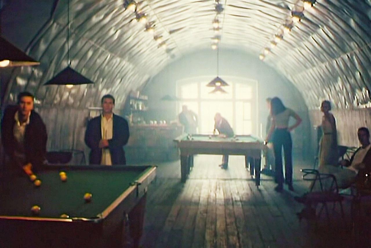 Фильм «Упырь» снимался в только что открытом Кронштадте, на недостроенной дамбе, в фортах и в полузаброшенных зданиях — благодаря таким бесплатным декорациям удалось существенно сэкономить на съемках