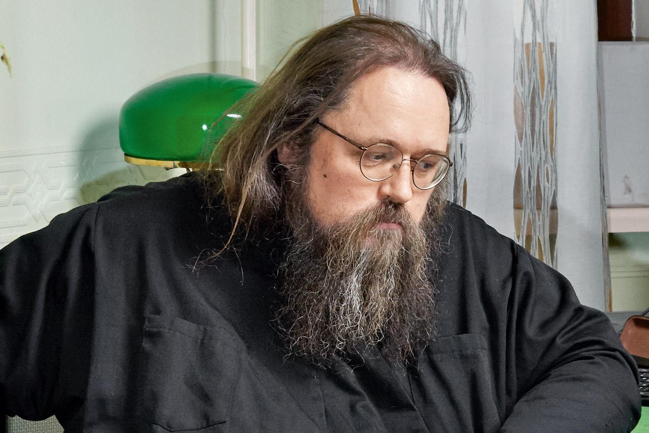 Андрей Кураев был недавно уволен из Московской духовной академии «за эпатажные публикации в блоге» (имелись в виду, видимо, публикации о геях в структурах Русской православной церкви)