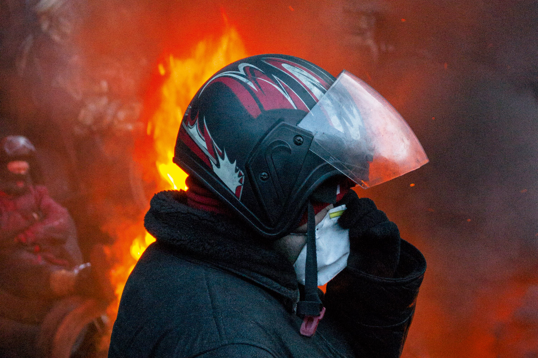 Протестующие в Киеве экипированы всем, что можно взять в гараже или купить в магазине, но этого достаточно для эффективного противостояния «Беркуту»