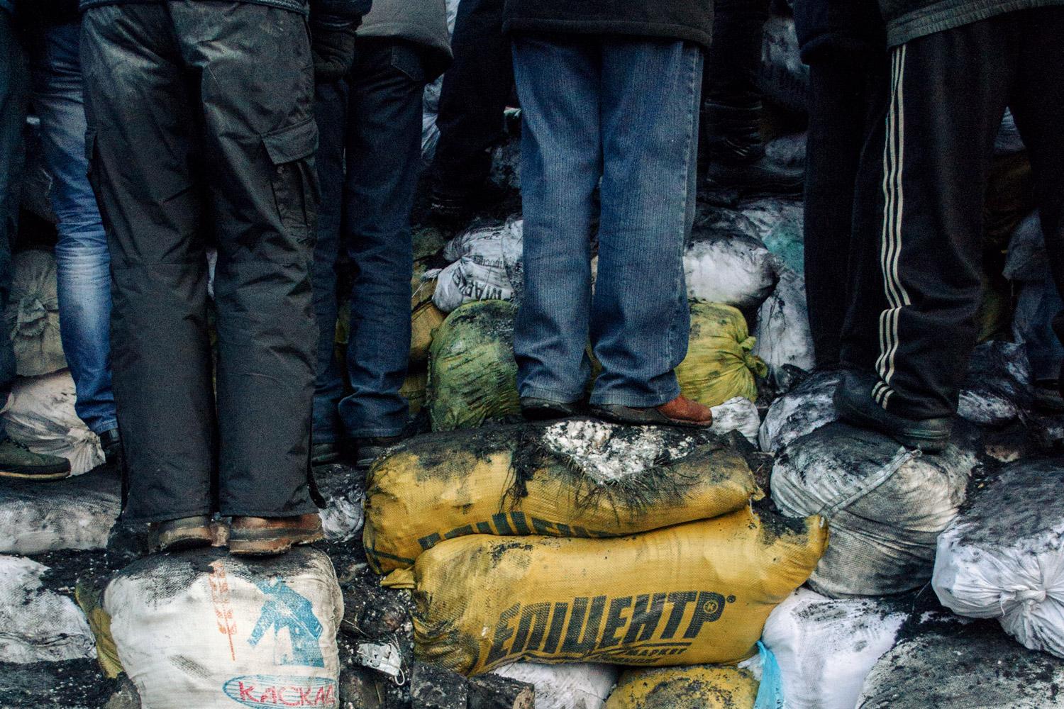 Баррикады на улице Грушевского собираются протестующими из подручных средств — в основном из мешков со льдом