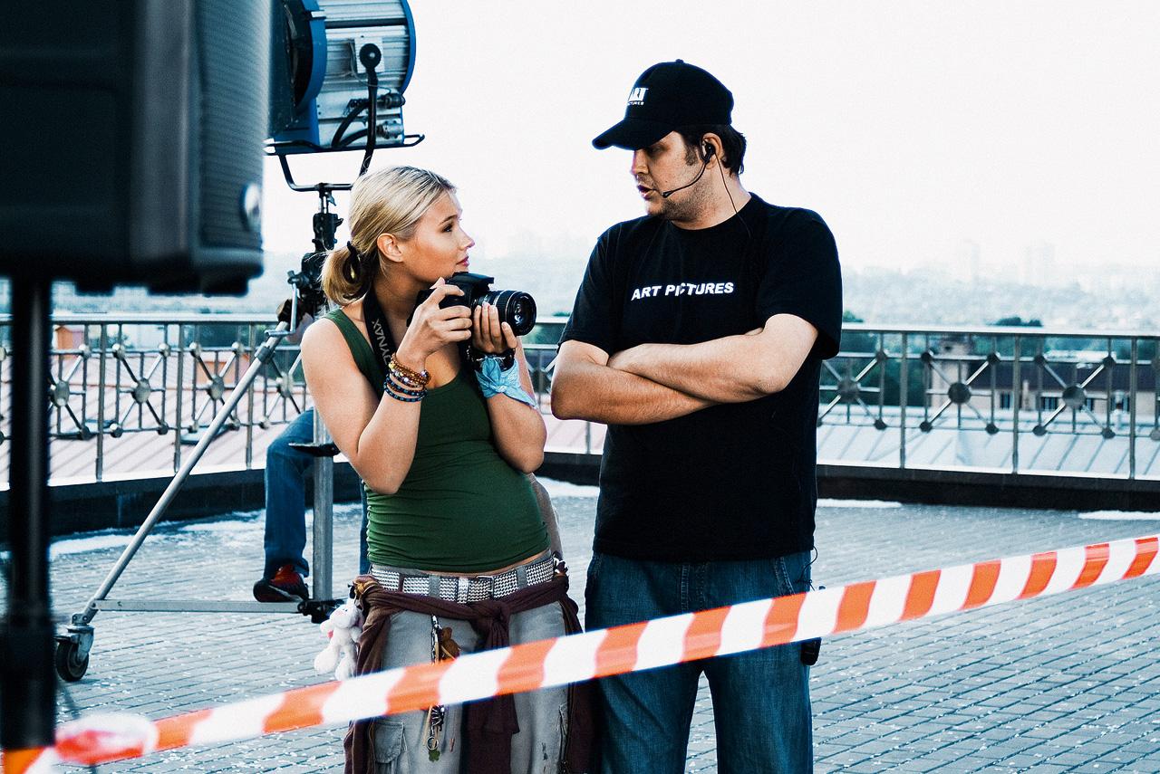«Жара» была первым фильмом, идеализирующим не слишком дружелюбную на тот момент Москву: здесь она предстает солнечной столицей, свободной от грязи, назойливой рекламы и даже без проводов над дорогами