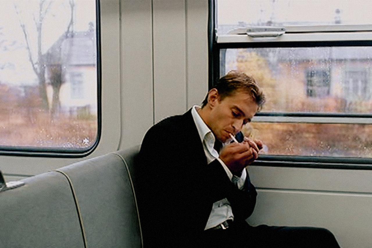 Константину Хабенскому в фильме «В движении» удалось убедительно изобразить человека, которому повезло крутиться в самых высоких кругах, но который больше всего мечтает перестать крутиться