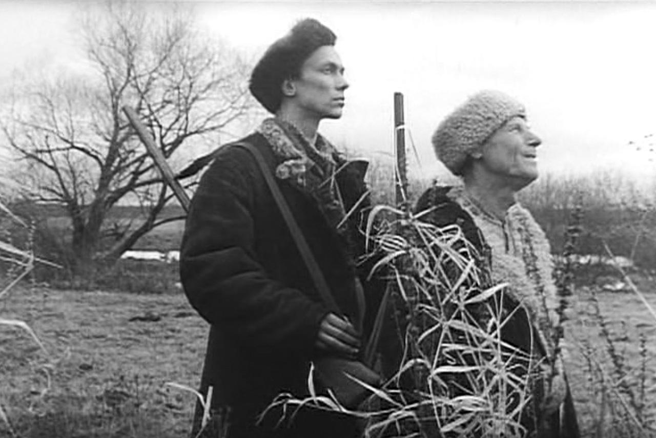 «Окраина» снята в том же регистре, что и десятки раннесоветских фильмов (включая одноименную картину Бориса Барнета), благодаря чему сюжет о возвращении награбленного обретает высший смысл