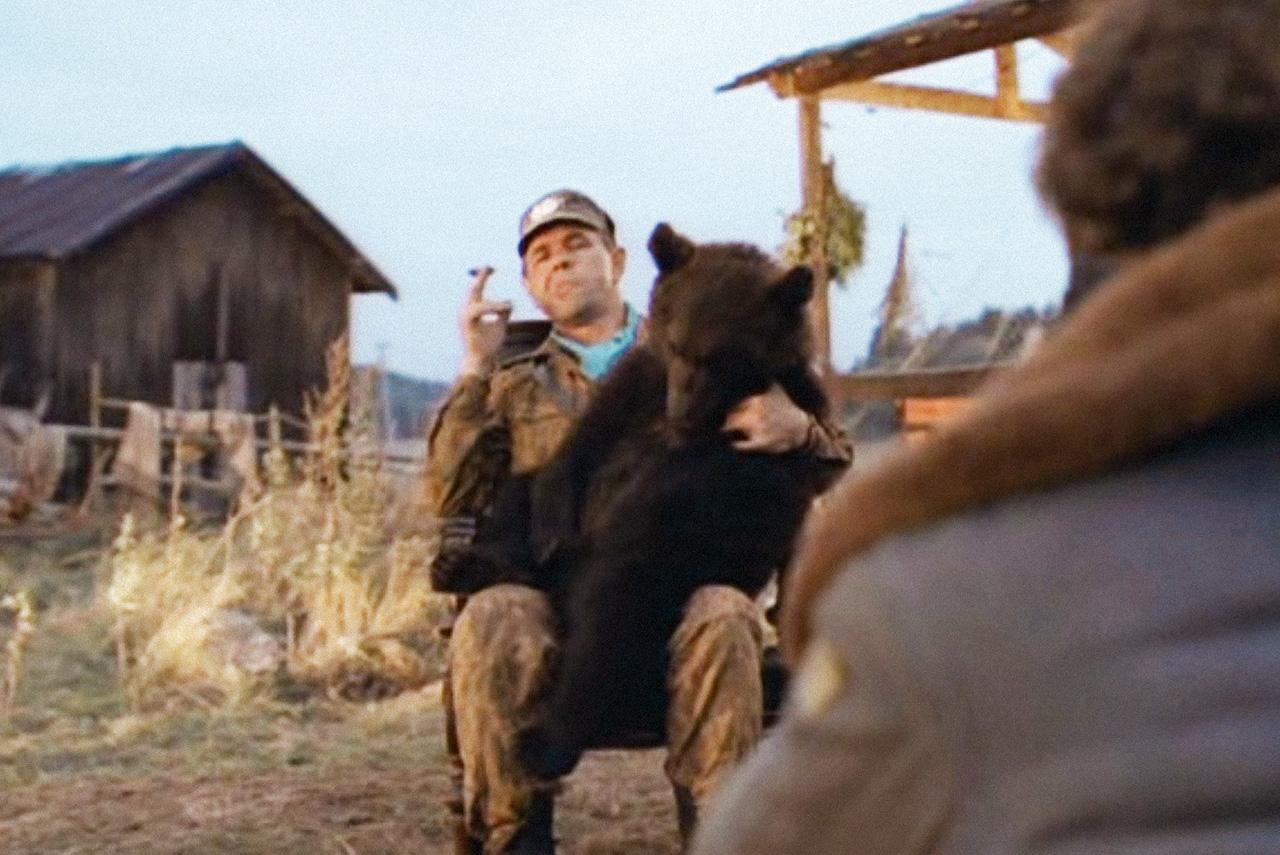 Во время съемок сцены с пьяным медвежонком зверь действительно внезапно укусил актера Семена Стругачева, что и вошло в окончательный монтаж