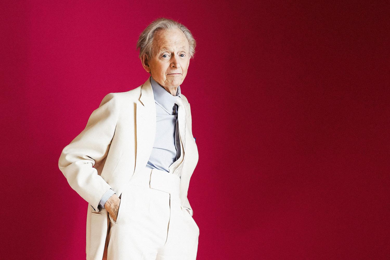 Вот уже несколько десятков лет Том Вулф носит только белые костюмы — исключение писатель делает только для ситуаций, когда отправляется собирать фактуру для своих книг