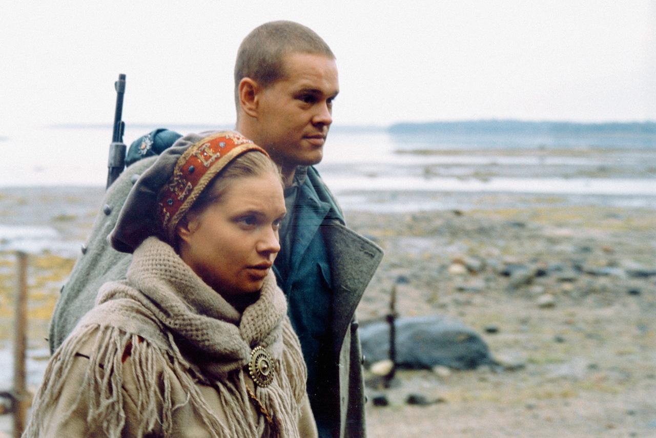 История о том, как женщина способна свести с ума воюющих друг против друга солдат, в «Кукушке» была рассказана за 10 лет до «Сталинграда»