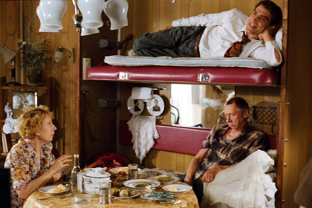 Квартира героини Инны Чуриковой в «Ширли-мырли» в каком-то смысле представляет собой метафору всей России 90-х, которая поехала в плацкартном вагоне в неведомое будущее