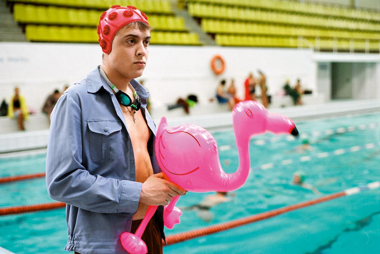 Надувной розовый фламинго в «Изображая жертву» — участник самого симптоматичного следственного эксперимента во всем фильме