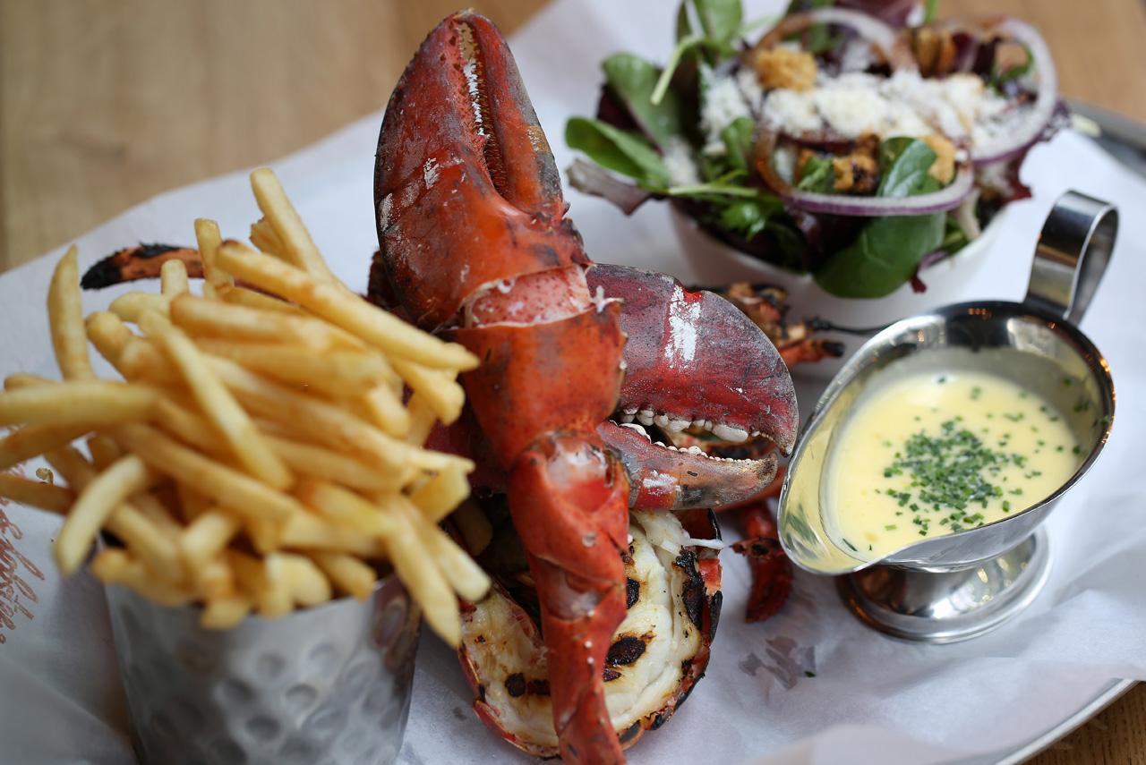В Burger & Lobster Михаила Зельмана можно, соответственно, заказать либо бургер, либо лобстера — за одну и ту же цену в 20 фунтов