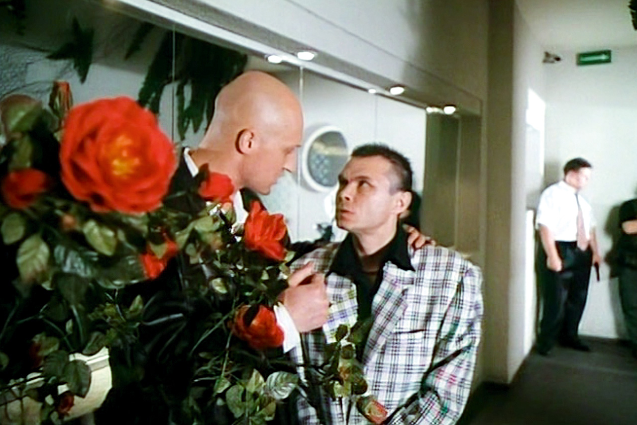 В титрах фильма «Мама, не горюй» Гоша Куценко еще обозначен как Юрий, однако в самом фильме он уже обрит налысо — то есть из Юрия в Гошу он превратился именно в процессе съемок