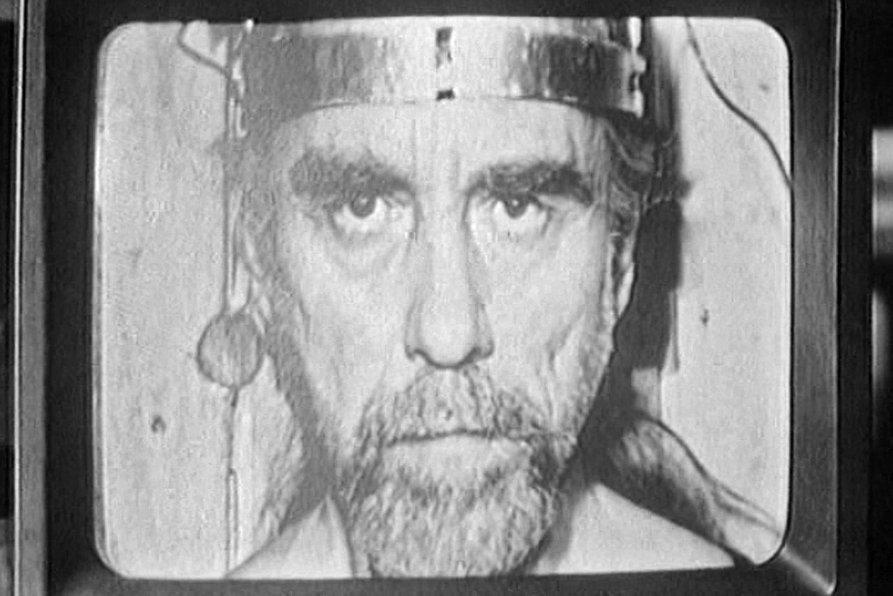 Даже сцены самоистязания ученых во благо завирального псевдонаучного проекта не приближают «Серебряные головы» к леденящим кровь ранним работам Юфита — это в первую очередь очень комичное кино