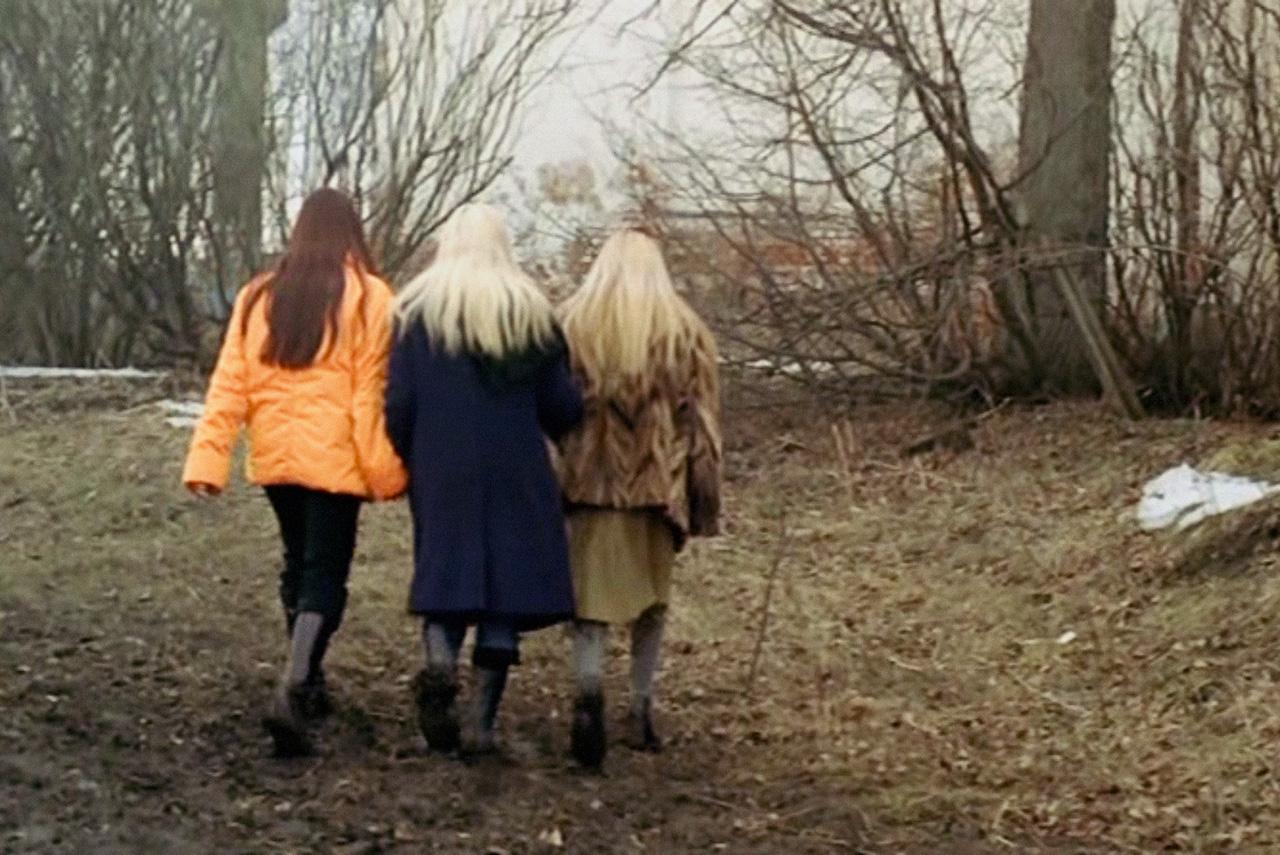 Фильм «4» снимали летом, а по сюжету была осень — поэтому во время съемок с деревьев срывали зеленые листья, сушили и вручную перекрашивали