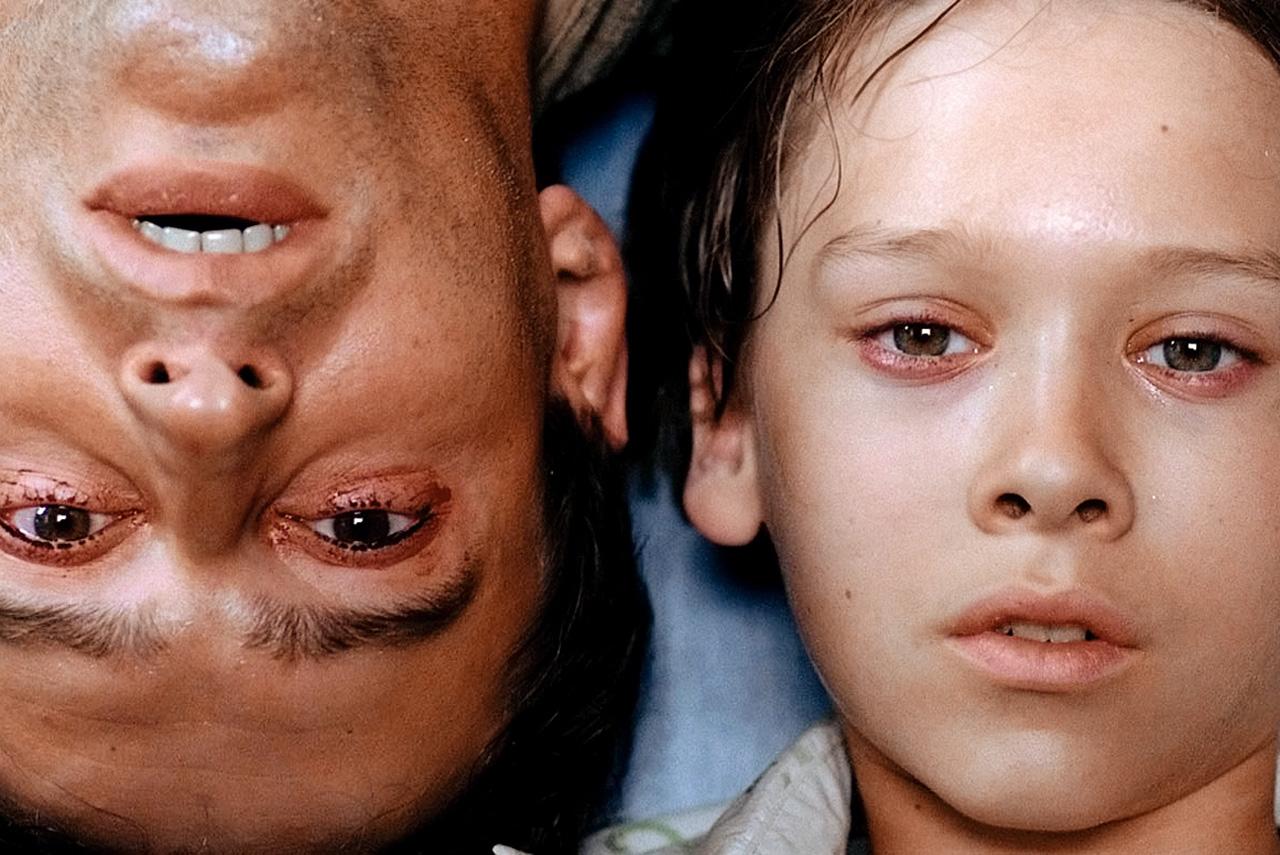 Антон Городецкий (Константин Хабенский) и Егор (Дмитрий Мартынов), который по книге Сергея Лукьяненко приходился ему совсем не сыном, как в фильме, а просто случайным знакомым