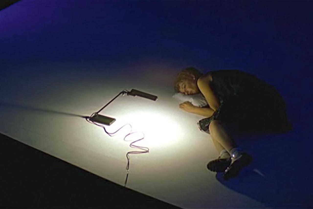 Каждый кадр из «Москвы» просится на выставку — и не зря. Фотохудожник тоже приложил руку к фильму: давний друг Зельдовича Игорь Мухин делал фотопробы к картине и снимал происходящее на площадке