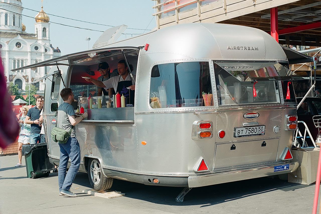 Вагончик стрит-фуда «Дары природы» работает в весенне-летний сезон, выезжает в парки, хот-доги и бургеры по 250 рублей разлетаются довольно быстро