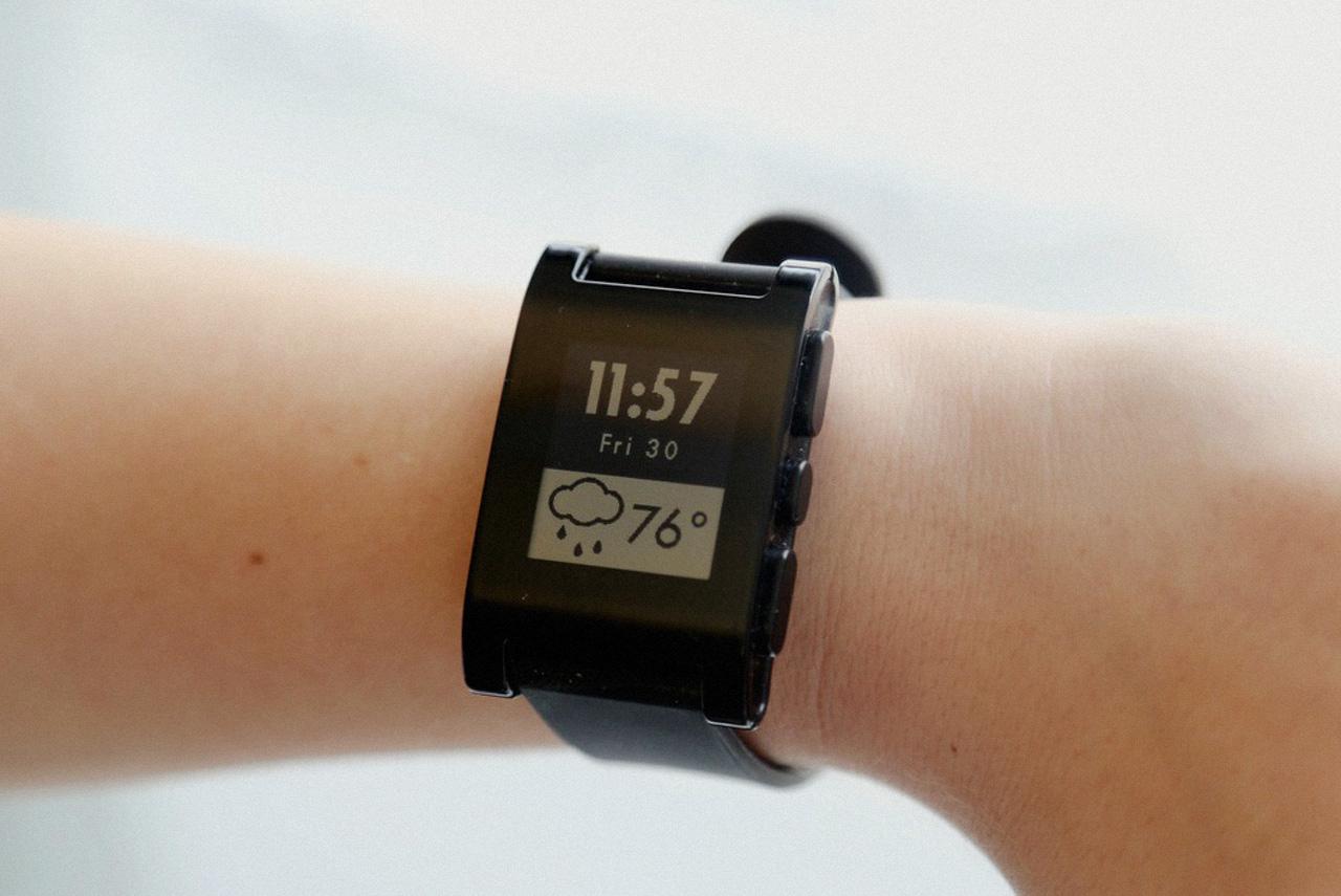Часы Pebble могут показывать погоду, переключать музыкальные треки, принимать звонки и отклонять звонки, правда, разговаривать по ним еще нельзя, иначе бы это был телефон