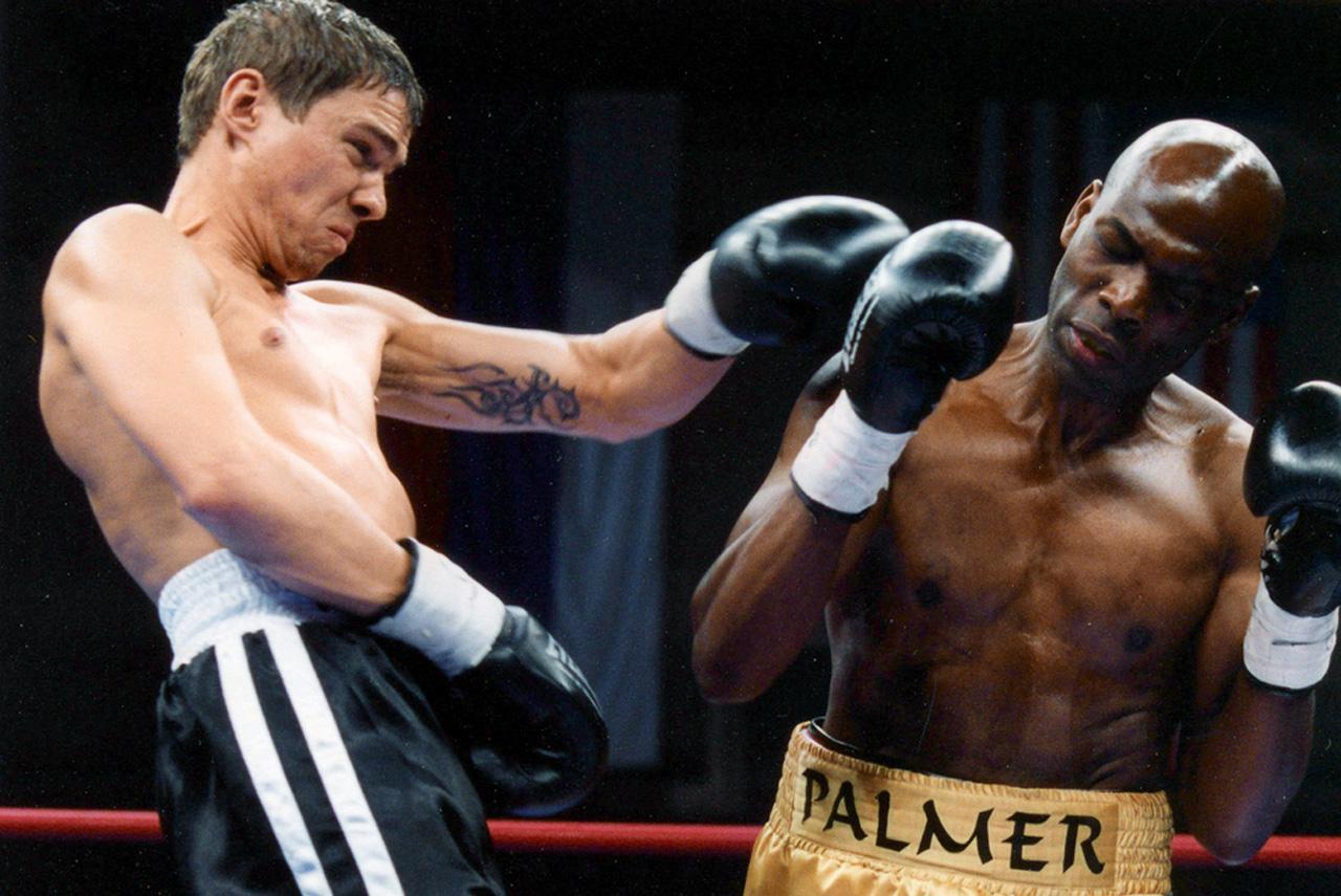Название фильма «Бой с тенью» повторяет название одной из техник тренировки боксеров без реального партнера