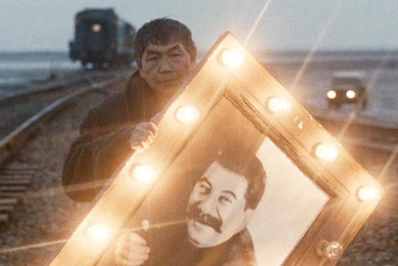 Середина 2000-х в русском кино вообще была временем рефлексии вокруг советского космического проекта: незадолго до «Бумажного солдата» вышли «Первые на Луне» и «Космос как предчувствие»