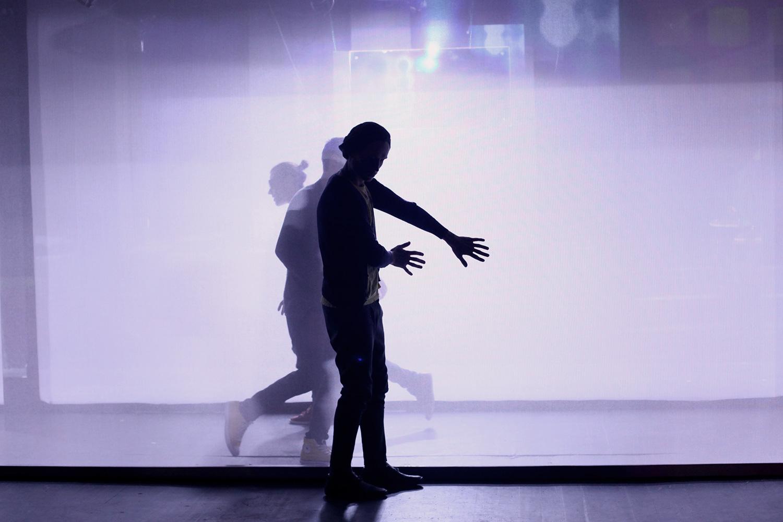 Ювелирная хореография в «Кедах» Руслана Маликова едва заметна — периодически актеры принимаются пластично пританцовывать в ритм монологам, которые сами же и произносят