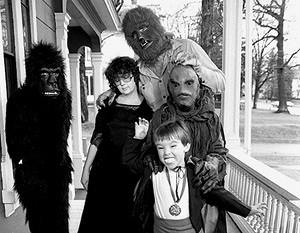 Кинг с женой Табитой и детьми справляют Хеллоуин — вероятно, главный праздник для писателя