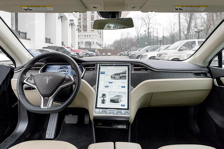 Панель управления Tesla похожа на гигантский iPad, причем не только внешне: компьютер ведет учетные записи для разных водителей и запоминает их настройки: положение руля, кресла, зеркал, подвески и так далее