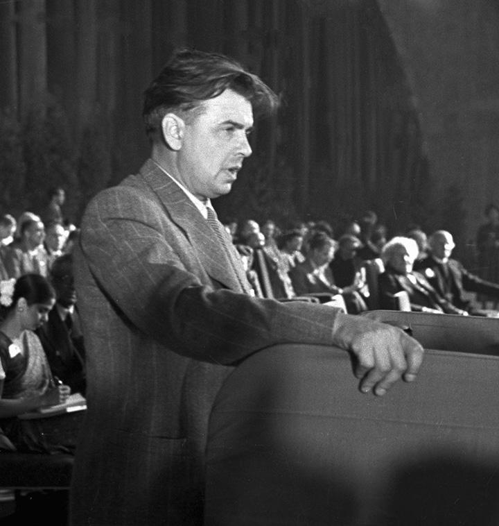 Леонов выступает на Конгрессе деятелей науки и культуры в защиту мира в 1948 году