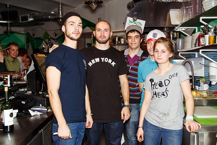 Создатель The Hub —Денис Витер, в центре в черной футболке. По обе стороны —часть команды бара, каждый из которой, согласно концепции Hub, «делает все»