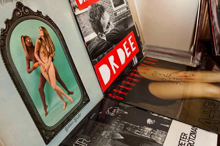 Слева: альбом американского гитариста Робби Башо «Venus in Cancer», 1969 год. Справа: альбом Деймона Албарна «Dr. Dee», 2012 год