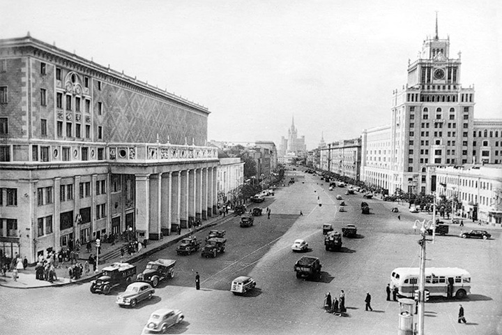Триумфальная площадь окончательно превратилась в асфальтовое поле в послевоенные годы