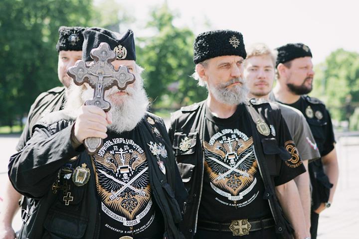 Отряд православных хоругвеносцев во главе с Леонидом Симоновичем-Никшичем (слева)